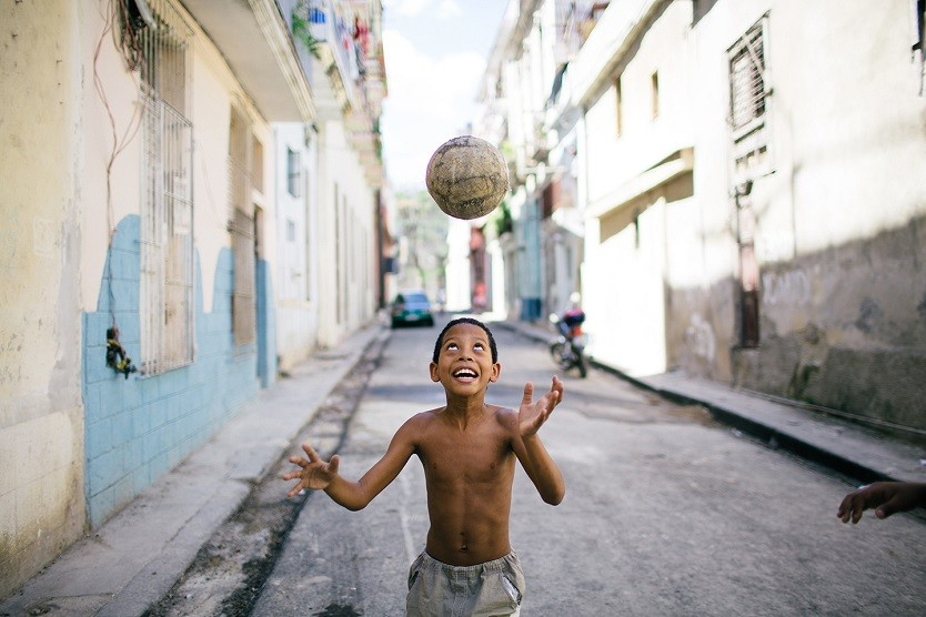 Niño jugando en la calle / Foto: Raquel Lopez-Chicheri
