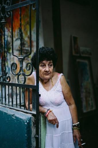 Mujer en su portal / Foto: Raquel Lopez-Chicheri