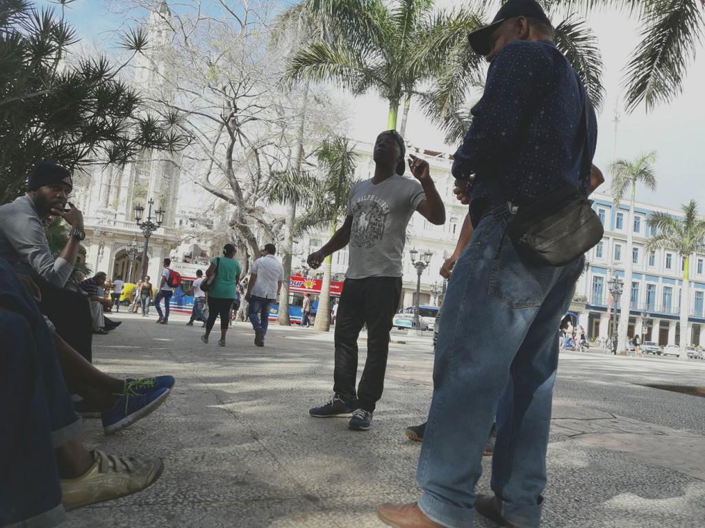 Cubanos en el Parque Central de La Habana / Foto: Abraham Jiménez Enoa