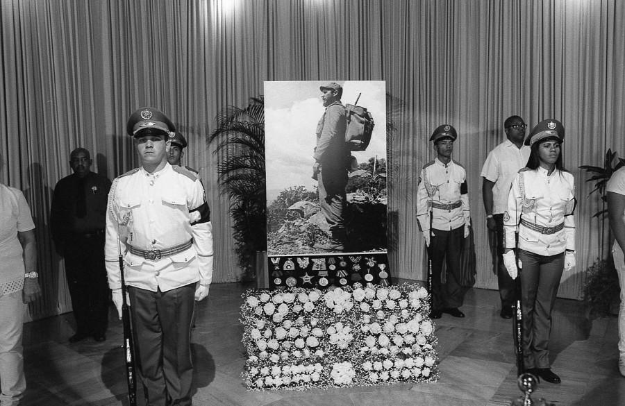 Martes 29 de noviembre. La fotografía de Fidel y algunas de sus condecoraciones son custodiadas por jóvenes militares. Fotografía en película Ilford 400. Juan Cruz