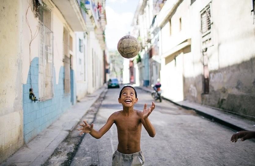 Niño jugando en la calle. Raquel Lopez-Chicheri