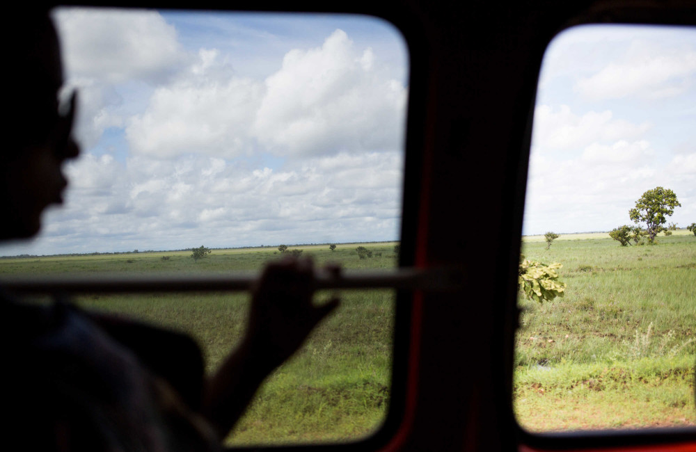 Camino a Brasil, Liset mira por la ventana del autobús / Foto: Lisette Poole