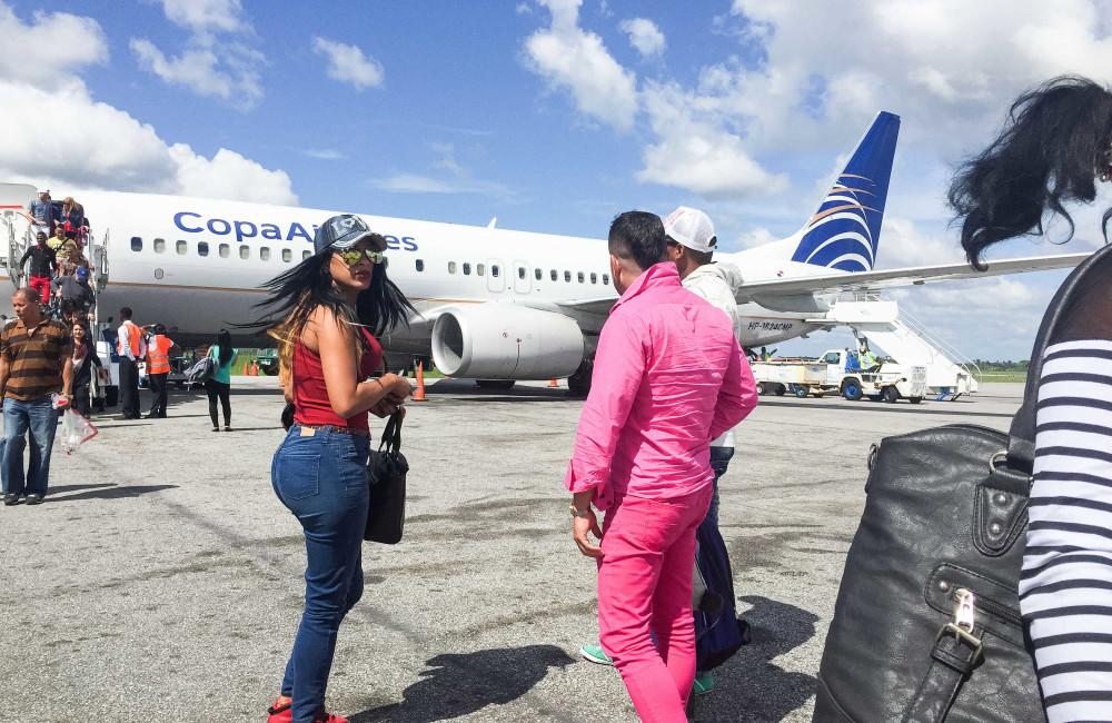 13 de mayo de 2016 - Liset y Marta aterrizan en el aeropuerto de Guyana y se encuentran con otros cubanos que les presentan a los coyotes locales. Desde aquí viajarán a la frontera de Brasil a la mañana siguiente / Foto: Lisette Poole