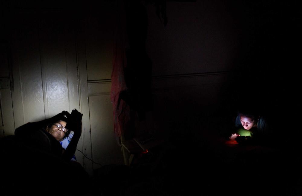 Liset y Marta revisan sus cuentas de Facebook en Lima, Perú, después de casi 40 horas en autobús / Foto: Lisette Poole