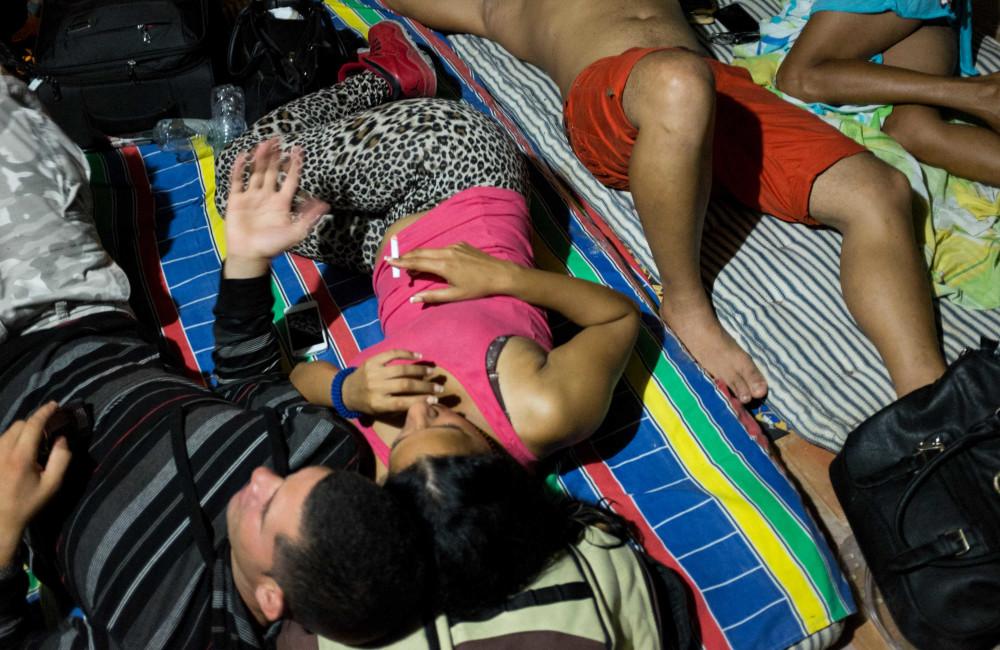 Liset con otros migrantes en Colombia, mientras esperan para cruzar el Darién / Foto: Lisette Poole