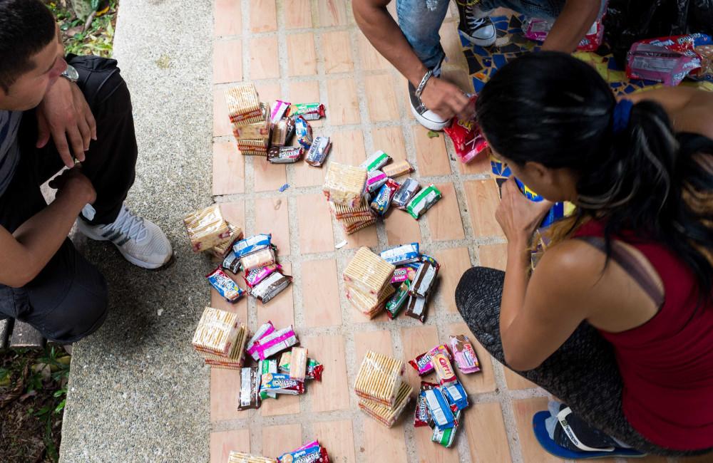 J7 de junio de 2016 - Liset divide las raciones de alimentos para la caminata de 4 a 5 días a través del Golfo de Darién. Otros cubanos se les unen para cruzar el Tapón del Darién con un coyote local  / Foto: Lisette Poole