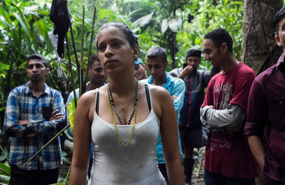 Liset al amanecer en el Tapón de Darién, ella y Marta son las únicas mujeres entre un grupo de casi 50 migrantes y contrabandistas  / Foto: Lisette Poole