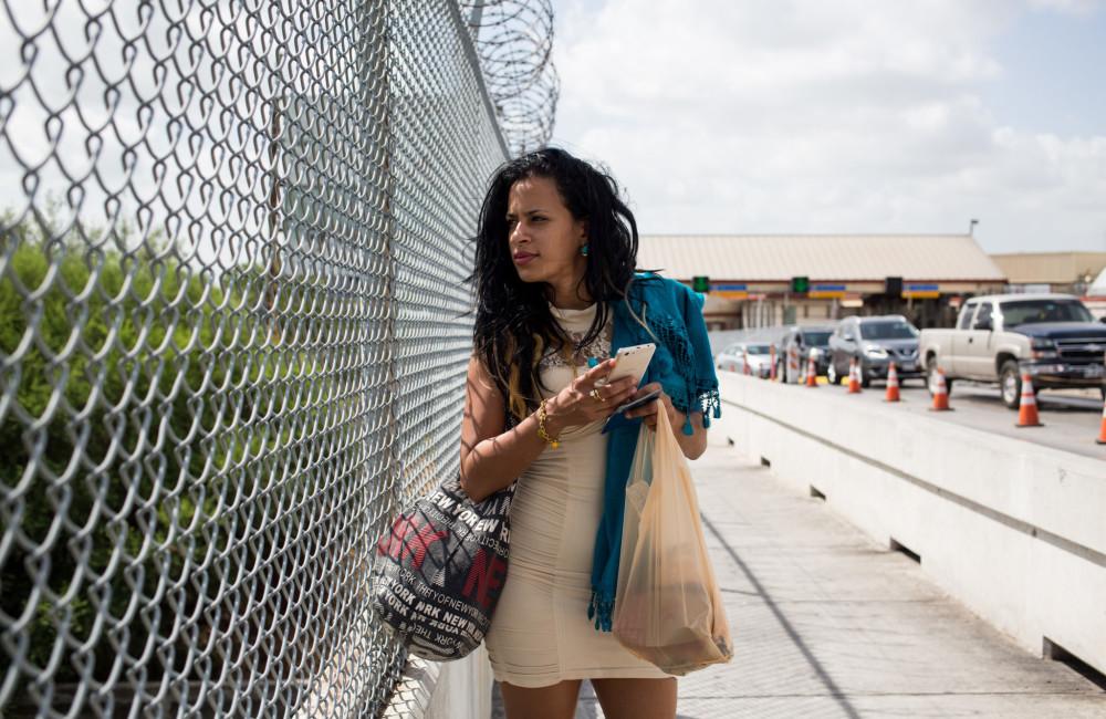 2 de julio de 2016 - Liset voló desde la frontera sur de México hasta Matamoros, cerca de Brownsville, Texas. Aquí camina por el puente sobre el Río Grande. Lleva un vestido, para presentarse a los funcionarios de la frontera / Foto: Lisette Poole