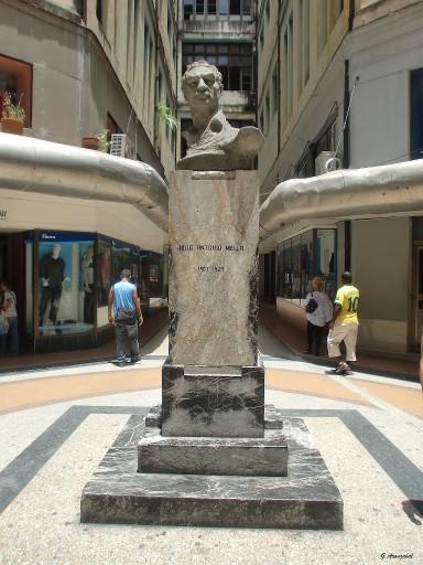 Busto de Mella en la antigua Manzana de Gómez.