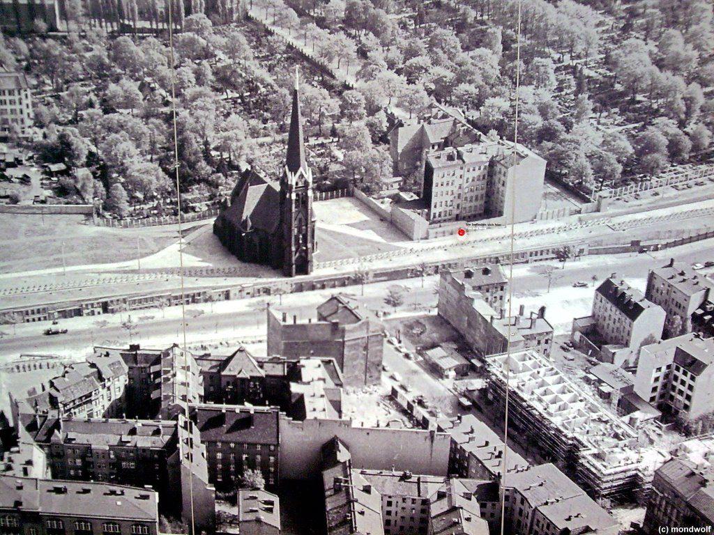 Esquina de las calles Bernauer y Hussitenstrasse a mediados de la década de los 60. En el extremo inferior izquierdo, el complejo de edificios de Ernst Schwarzkopff