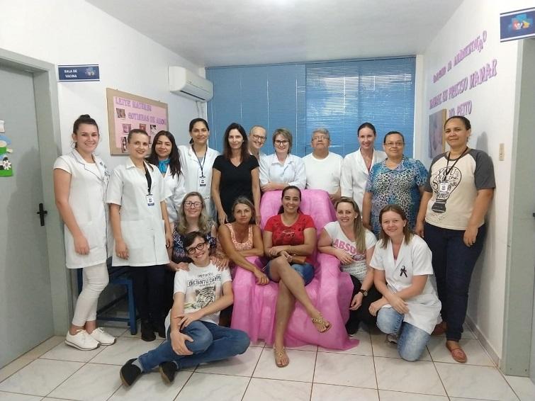 Surizaday, sentada en el centro, junto a sus compañeros del Centro de Salud en su dedpedida tras el cierre del programa / Foto: Cortesía de la entrevistada