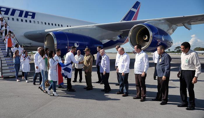 Raúl Castro recibe a médicos cubanos provenientes de Brasil en el aeropuerto de La Habana / Foto: Granma