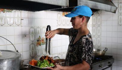 La Flaca Anaiyuris en la cocina de su restaurante / Foto: Cortesía del autor
