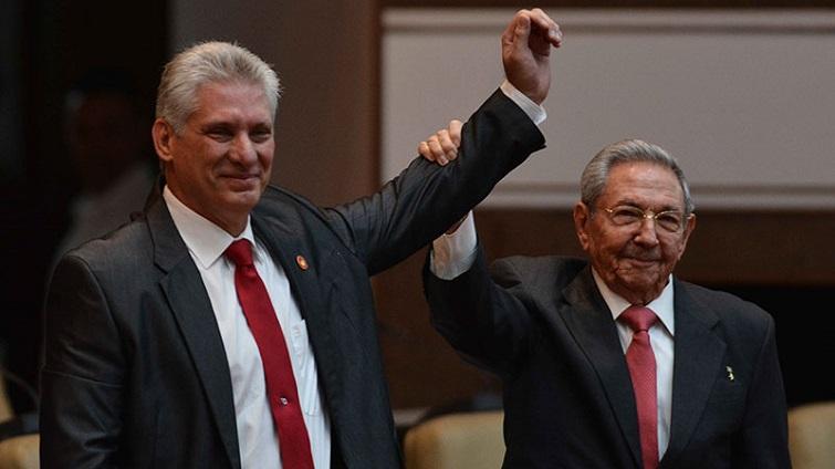 Raúl Castro y Miguel Díaz-Canel Bermúdez, electo nuevo Presidente de los Consejos de Estado y de Minstros de Cuba, durante la Sesión Constitutiva de la IX Legislatura de la Asamblea Nacional del Poder Popular / Foto: ACN