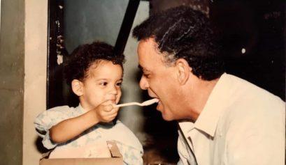 La autora dando de comer a su padre en el año 1991/Foto: Cortesía de la autora