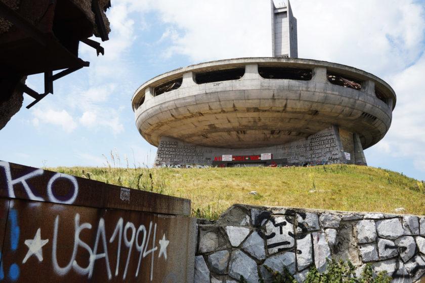 Perspectiva de monumento en Buzludzha, Bulgaria. Llamado el OVNI comunista. En primer plano, graffiti: USA 1994. Foto: Alejandro Taquechel.