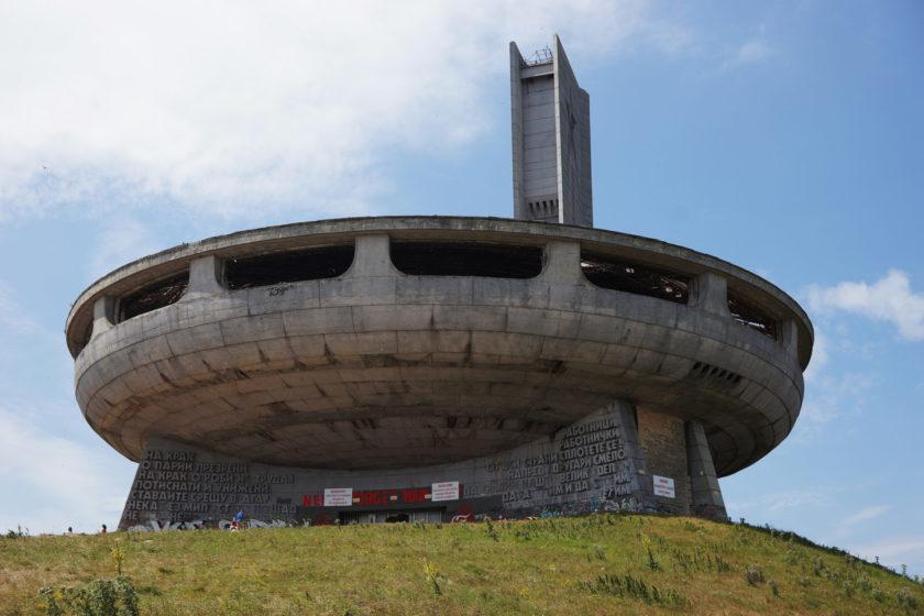 Perspectiva de monumento en Buzludzha, Bulgaria. Llamado el OVNI comunista.
