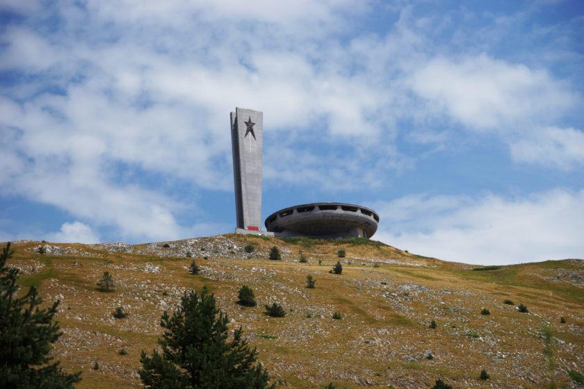 Monumento en Buzludzha, Bulgaria. Llamado el OVNI comunista. En lo alto de la colina. Foto: Alejandro Taquechel.