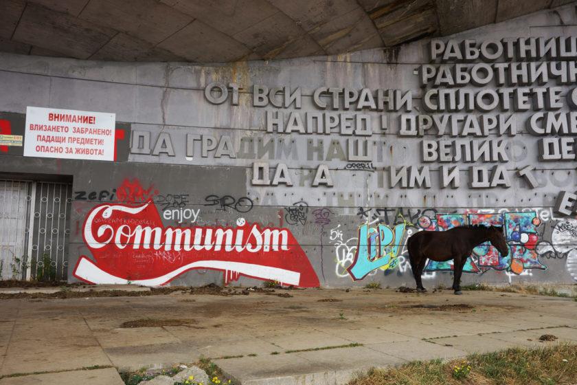 Enjoy: Comunismo Coca Cola. Monumento en Buzludzha, Bulgaria. Llamado el OVNI comunista.