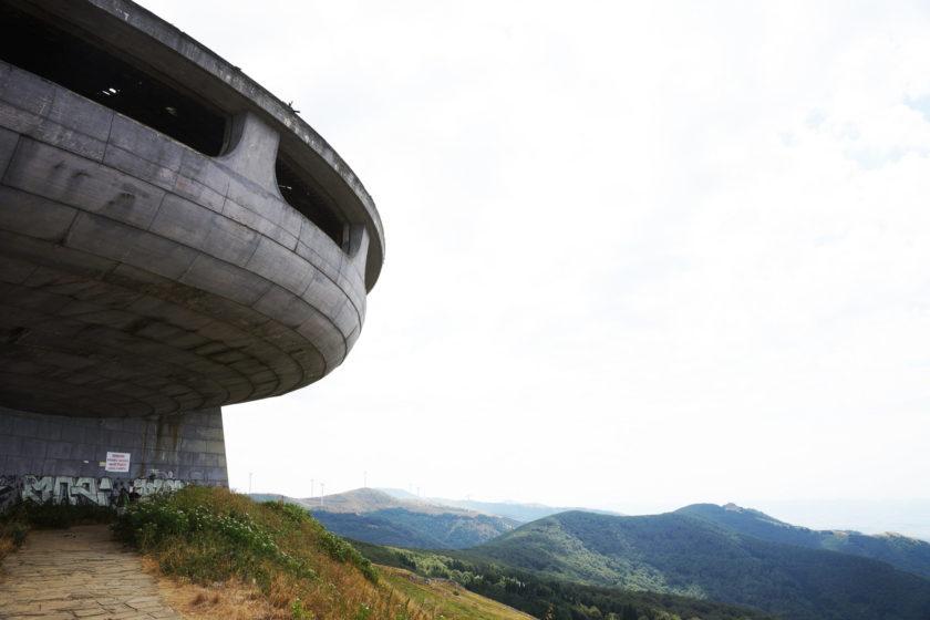 Perspectiva de monumento en Buzludzha, Bulgaria. Llamado el OVNI comunista. Foto: Alejandro Taquechel.