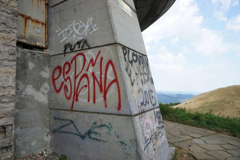Detalle (Graffiti: España) de monumento en Buzludzha, Bulgaria. Llamado el OVNI comunista. Foto: Alejandro Taquechel.