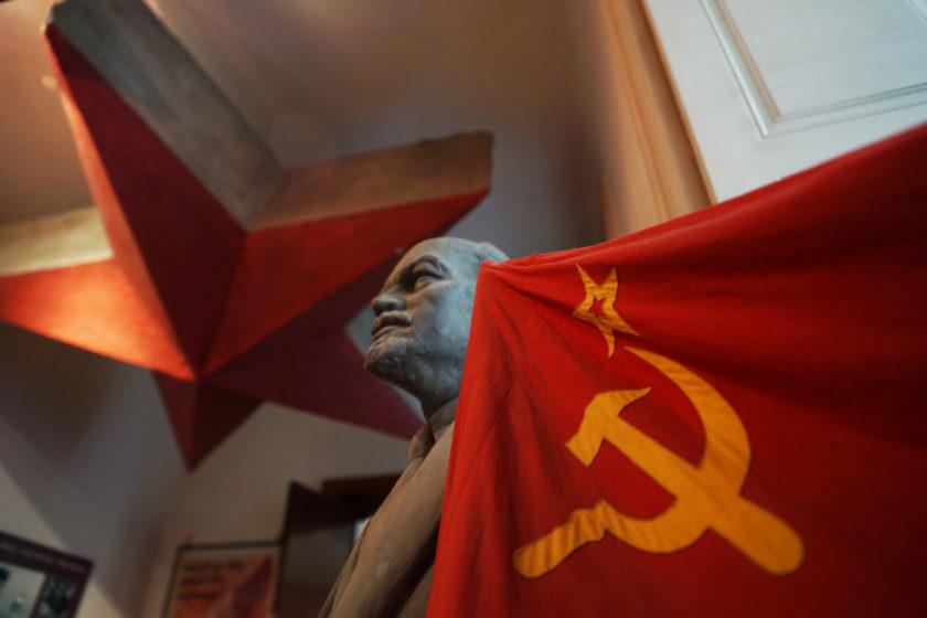 Busto de Lenin y bandera de la hoz y el martillo. Alejandro Taquechel. Museo del Comunismo (Praga).