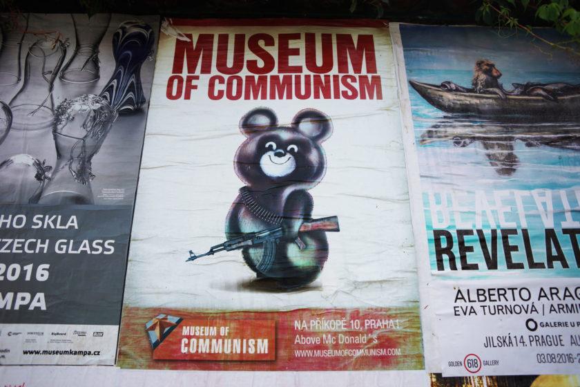 Portada: MIscha con AKM. Alejandro Taquechel. Museo del Comunismo (Praga).