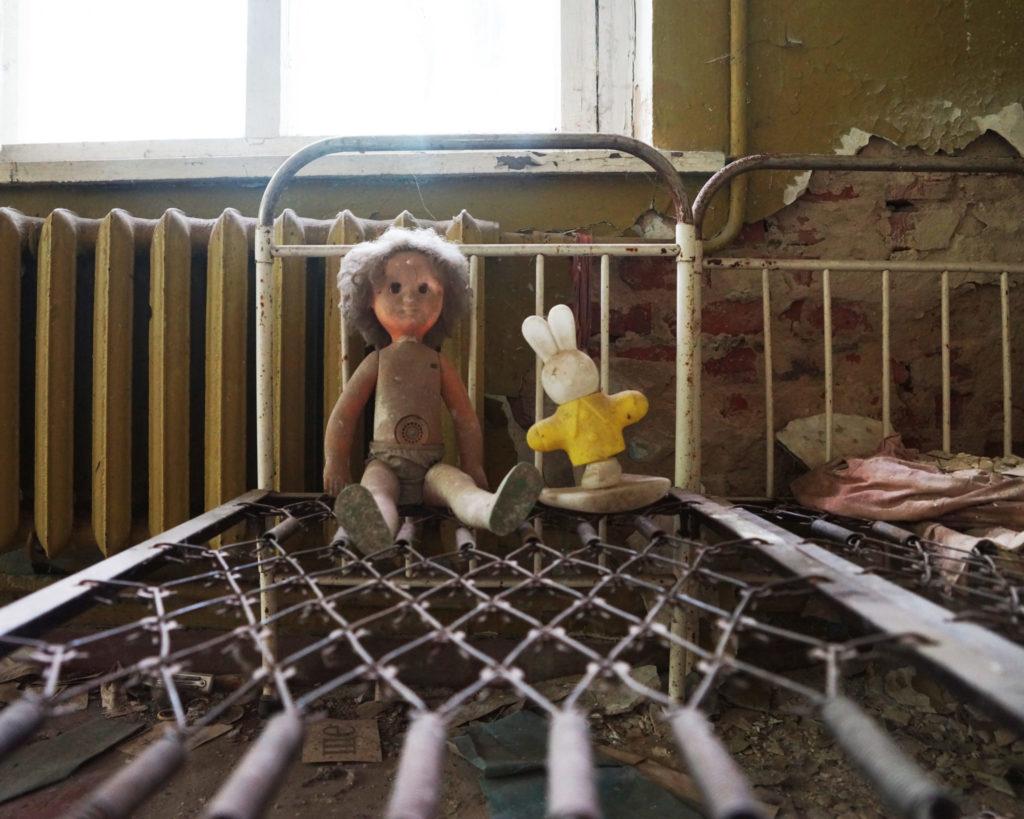 Juguetes abandonados en el interior de una casa en Prípiat.