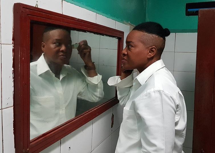 Alberto se maquilla para empezar su show de transformismo
