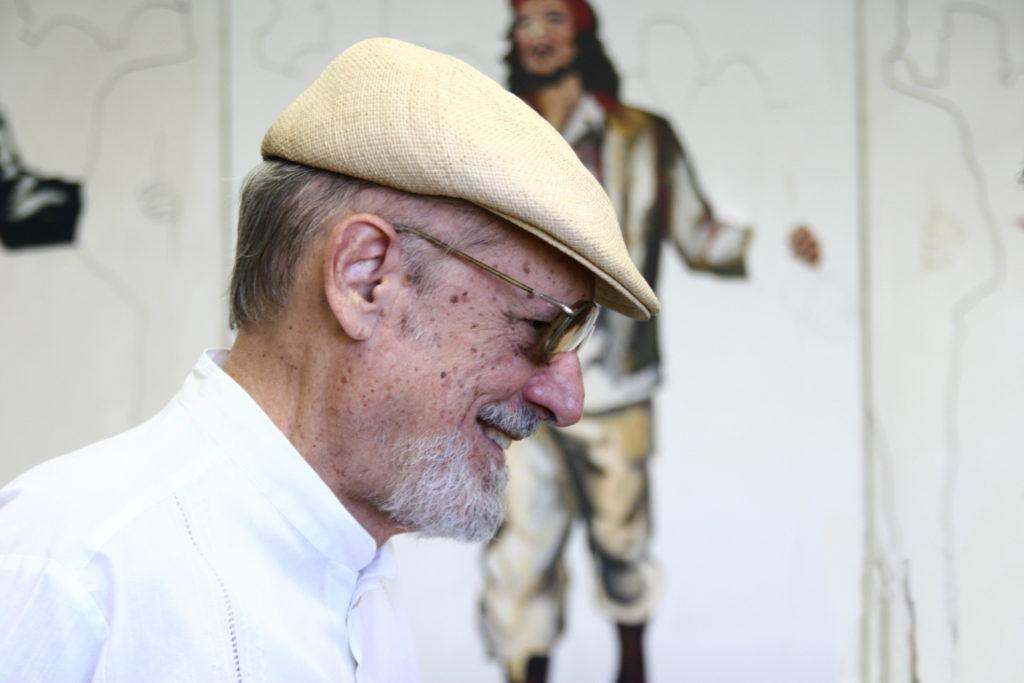 Roberto Fernández Retamar; al fondo, imagen del Che Guevara.