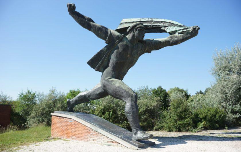 Los monumentos caídos. The Red Stone. Alejandro Taquechel.