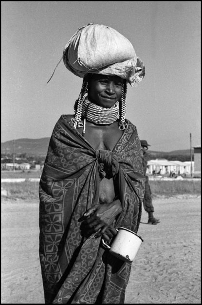 Juan Carlos Borjas. Angola: Retratos de la guerra III. (Mujer de la etnia Mumuila. Chibia, 1988).