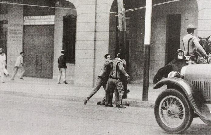 Rafael Trejo durante la manifestación del 30 de septiembre de 1930, peleando con el policía Félix Robaina, minutos antes de recibir el tiro que lo mató