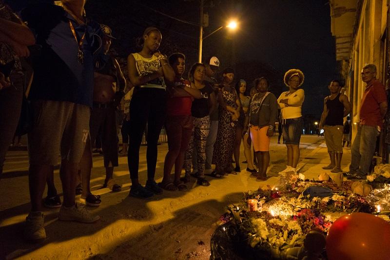 Vecinos del barrio improvisan un altar en homenaje a las tres niñas / Foto: Evelyn Sosa