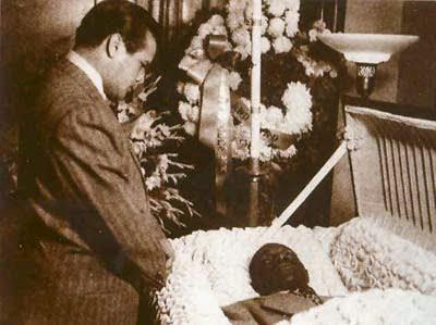 Miguelito Valdés junto al cadáver de Chano Pozo