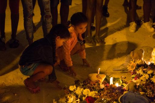 Pequeño altar a niñas fallecidas tras derrumbe