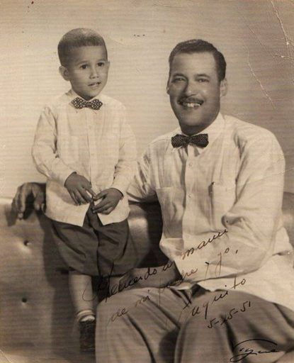 01. Paquito D'Rivera y su padre, Tito D'Rivera, ambos vestidos con guayaberas y corbatas de lazo. 1951. Foto cortesía de Paquito D'Rivera.