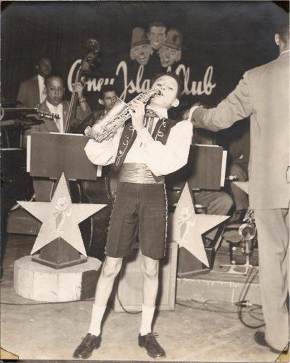 10. Primera presentación televisiva de Paquito D'Rivera, junto al trío Gaby, Fofó y Miliki, en un programa patrocinado por Coney Island Park. 1950s. Foto cortesía de Paquito D'Rivera.