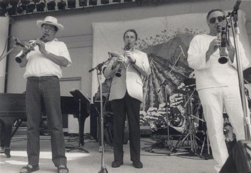 11. Paquito D'Rivera en el Sweet Waters Jazz Festival, en la Florida, junto al clarinetista Buddy de Franco (al centro) y el saxofonista Nick Brignola. D'Rivera lleva sombrero jipi-japa y sandalias Birkenstock. Circa 1990. Foto cortesía de Paquito D'Rivera.