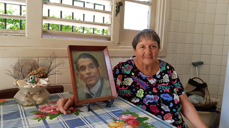 Elia Felipe con retrato de Arturito 2 (2)