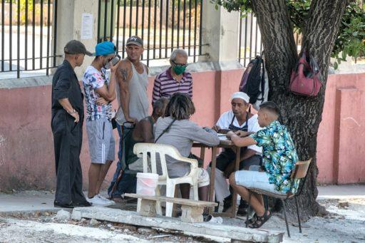 Cubanos juegan dominó a pesar del coronavirus / Foto: El Estornudo