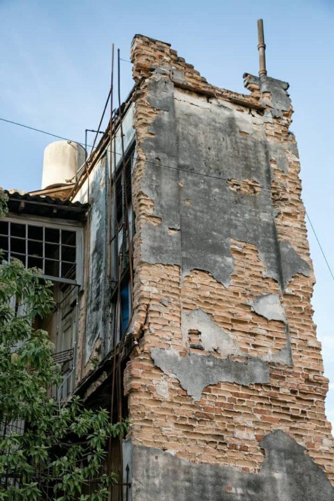 pared del edificio en mal estado