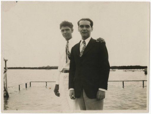 Lorca, con un amigo cubano, en la Playa de Marianao (1930) [University of Miami Library. Cuban Heritage Collection (Federico García Lorca Papers)].