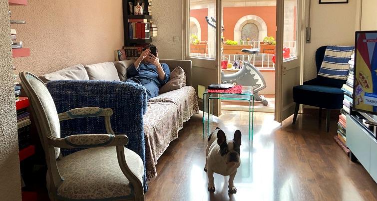 Un hombre, un sofá. Foto: M.