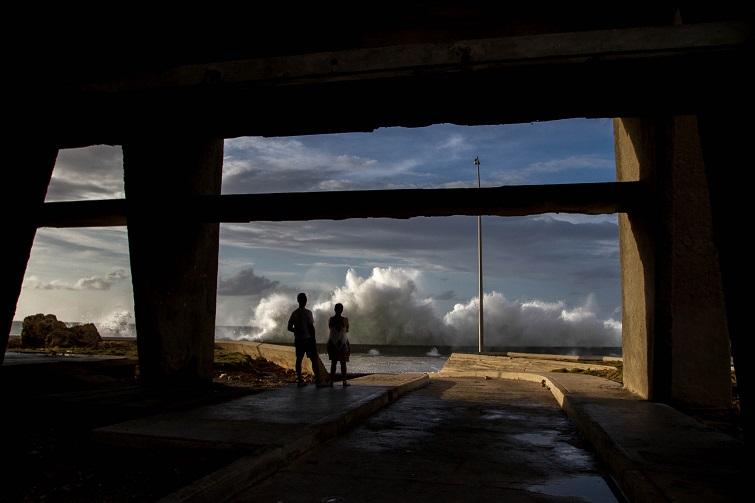 Pareja observa olas después de Irma / Foto: Dahian Cifuentes