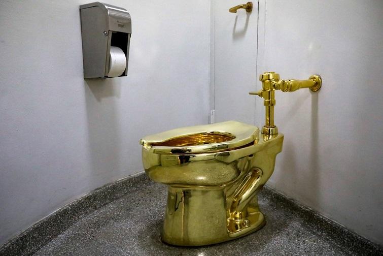 Retrete dorado, del artista italiano Maurizio Cattelan