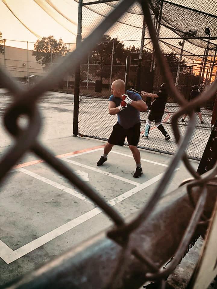 Freddy enseñando béisbol a niños en Miami