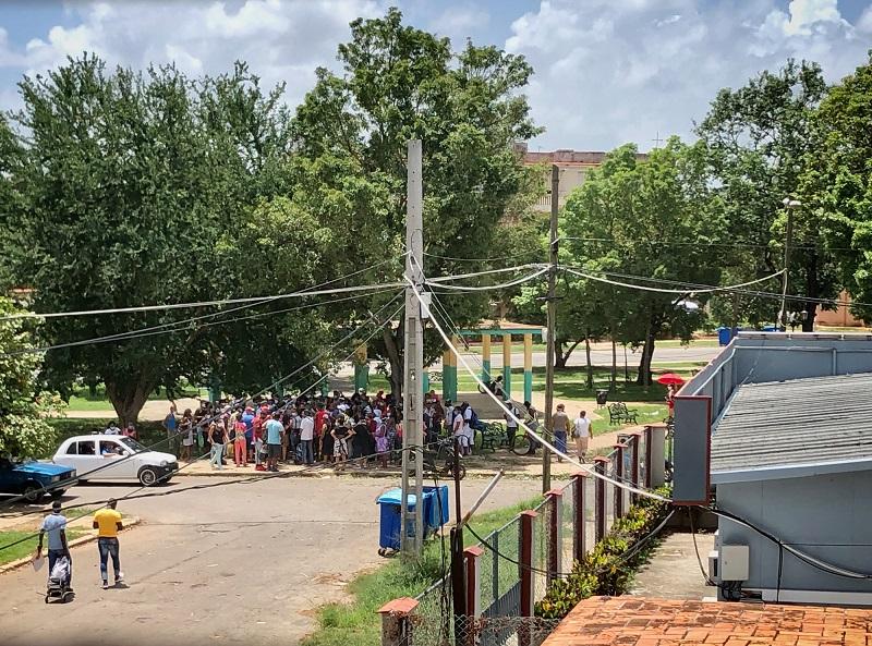 Cola cercana al domicilio de Mónica Baró / Foto: Cortesía de la autora