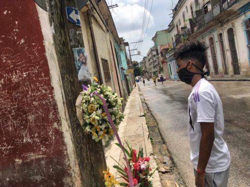 El Kende frente al altar de El Dany / Foto: El Estornudo