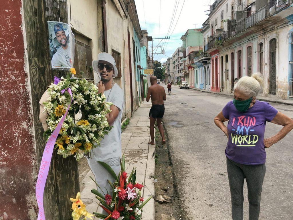 Vecina ante el altar de El Dany / Foto: El Estornudo